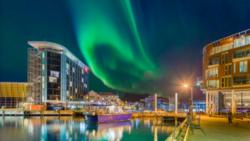 Thon Hotel Lofoten i vakkert nordlys. Foto: Thon Hotel