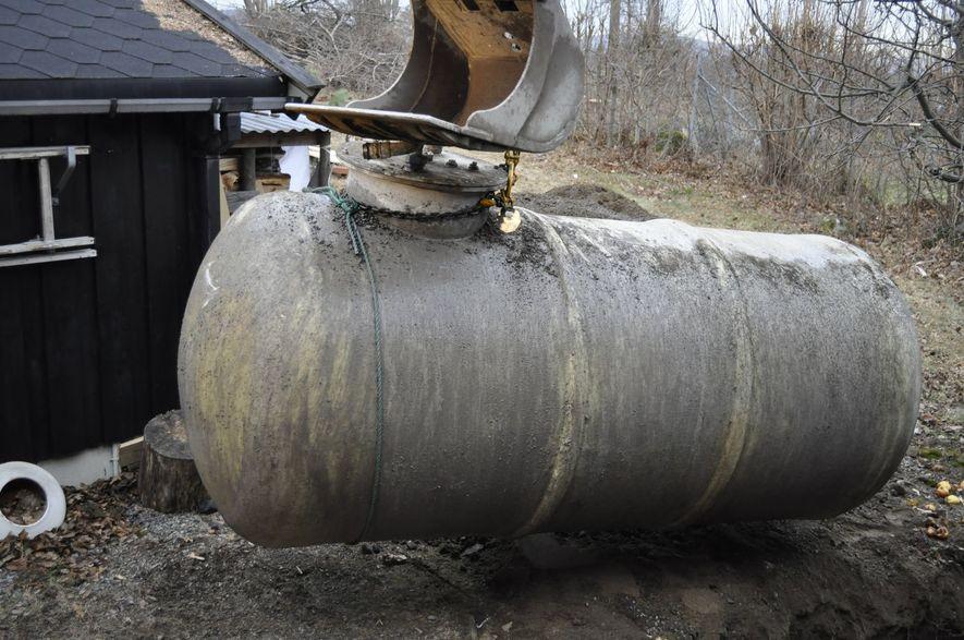 Foto som viser fjerning av oljetank