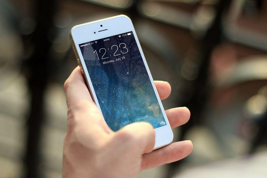 bildet viser en person som holder en smarttelefon