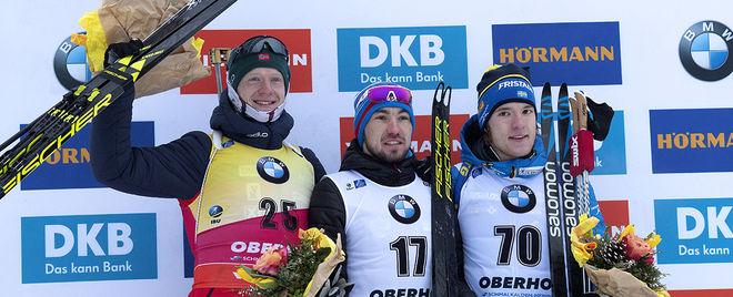 SEBASTIAN SAMUELSSON (th) äntlingen på pallen i världscupen. I mitten segraren Alexander Loginov och till höger tvåan Johannes Thingnes Bø. Foto: NORDIC FOCUS