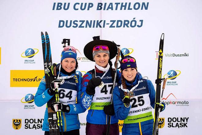 JOHANNA SKOTTHEIM (tv) var tvåa i IBU-cupen i Polen efter ryskan Natalia Gerbulova (mitten) men före ukrainskan Nadiia Bielkina.