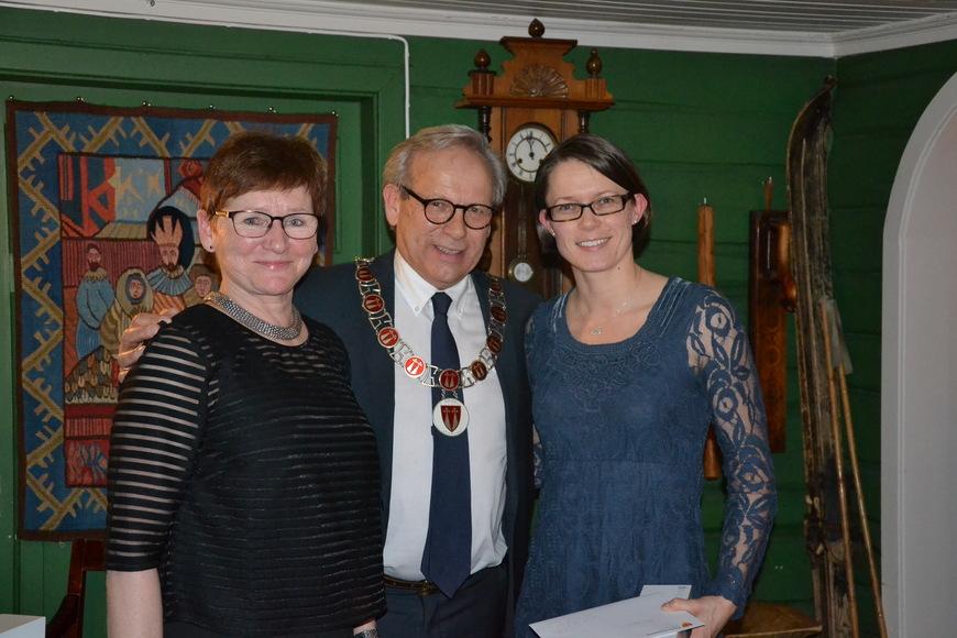 Personalsjef Anita Øverland (fra venstre) og ordfører Willy Westhagen delte ut gullklokke til Astrid Avtjern.