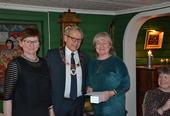 Personalsjef Anita Øverland (fra venstre) og ordfører Willy Westhagen delte ut gullklokke til Marianne R. Strande.