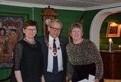 Personalsjef Anita Øverland (fra venstre) og ordfører Willy Westhagen delte ut gullklokke til Anne Randi Nilsen.