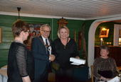 Personalsjef Anita Øverland (fra venstre) og ordfører Willy Westhagen delte ut gullklokke til Marie Kristiansen.