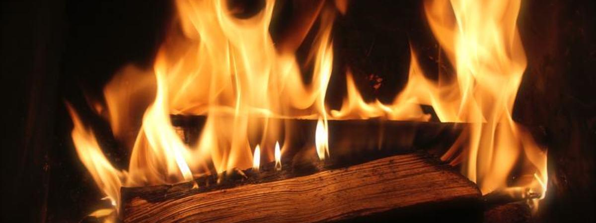 Vedkubber som brenner i ovnen