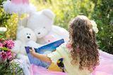 Jente leser for bamser