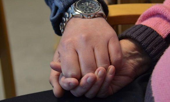 To personer som holder hverandre i hendene.
