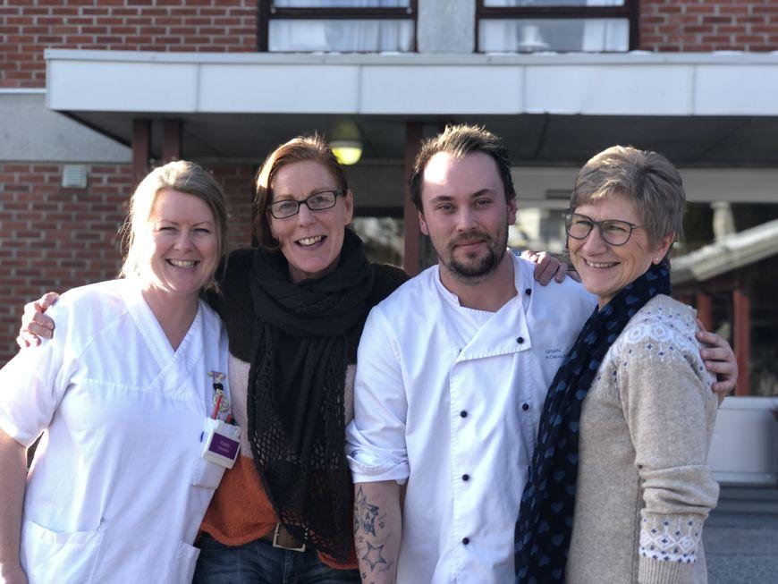 Bilde av fire ansatte utenfor Skjervum helse- og omsorgssenter.