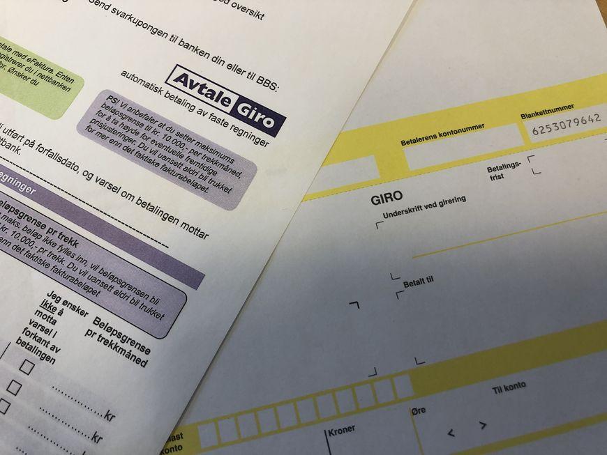 Bilde av tom faktura og informasjonsskriv om avtalegiro