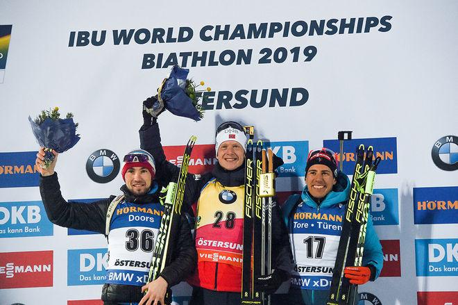 JOHANNES THINGNES BØ (mitten) höll för favorittrycket och vann VM-guldet i sprint. Silvret gick till Alexander Loginov, Ryssland (tv) och bronset till Quentin Fillot Maillet, Frankrike. Foto/rights: NORDIC FOCUS