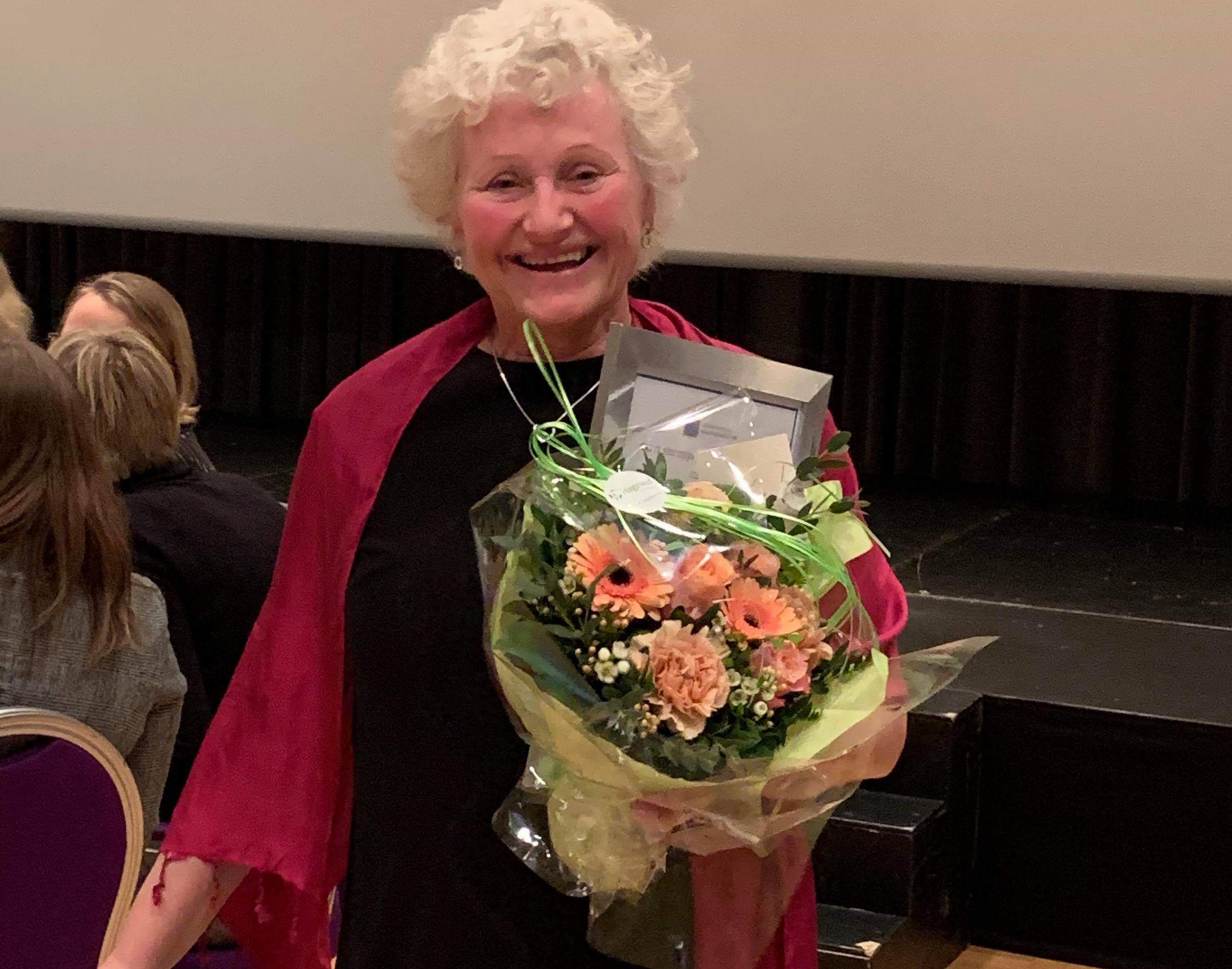 Bilde av Jorun Haukeli, med diplom for årets helsesykepleier i Oppland 2018.