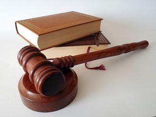 En bok og en hammer til bruk i retssal
