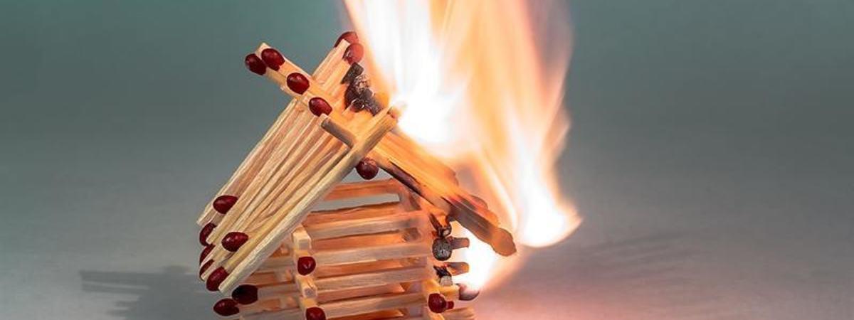 Bilde av fyrtikkhus i fyr og flamme