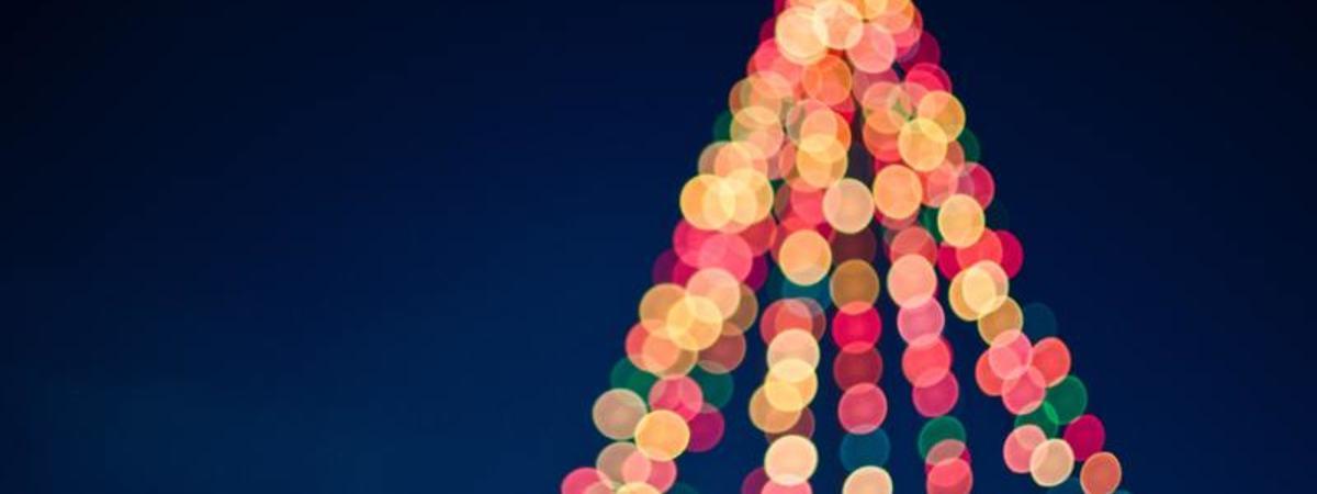 Illusjon av fargede lys som danner omriss av et juletre