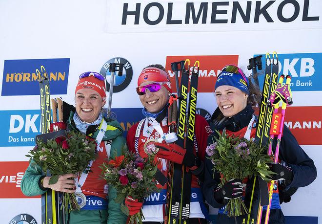 HANNA ÖBERG (th) på pallen i Holmenkollen tillsammans med Denise Herrmann (tv) som tvåa och den suveräna segrarinnan Anastasiya Kuzmina. Foto/rights: NORDIC FOCUS