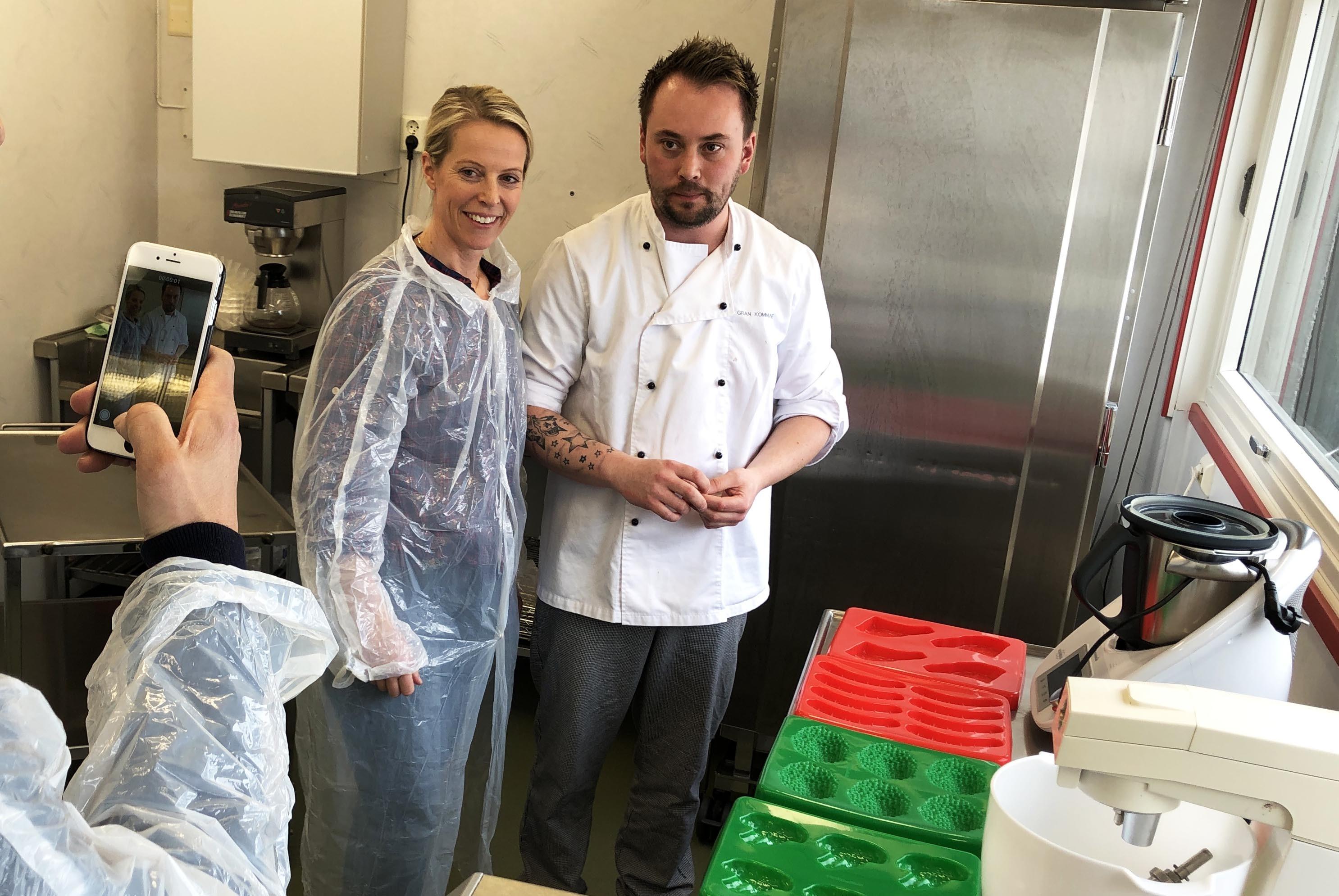 Charlotte Mohn Gaustad og Thomas Håvi Åmot har stilt seg opp for å bli tatt bilde av.