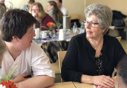 Sykepleier og pårørende ved Skjervum helse- og omsorgssenter snakker sammen.