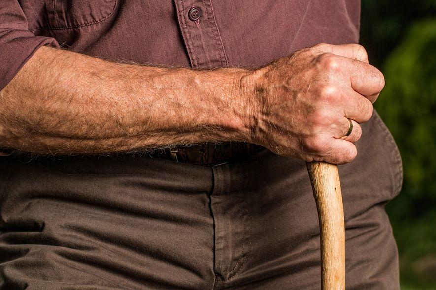 Foto av eldre mann med stokk
