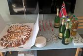 Kringle, drikke, glass og norsk flagg på et bord.