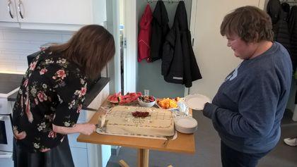 To personer deler opp en marsipankake.