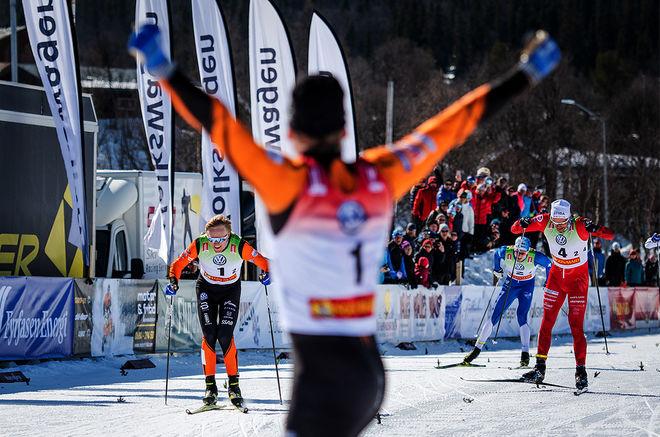 OSKAR SVENSSON spurtar in till seger i herrfinalen och partnern Hugo Jacobsson jublar redan. Foto: SOFIA HENRIKSSON