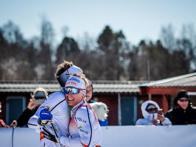 BRONSGLÄDJE hos Piteå Elit. Viktor Brännmark kramar om lagkompisen Johan Häggström. Foto: SOFIA HENRIKSSON