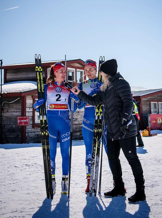 ÄVEN Mitt-Media:s Sanna Svanebo ville ha några ord från Anna Dyvik och Stina Nilsson efter segern. Foto: SOFIA HENRIKSSON