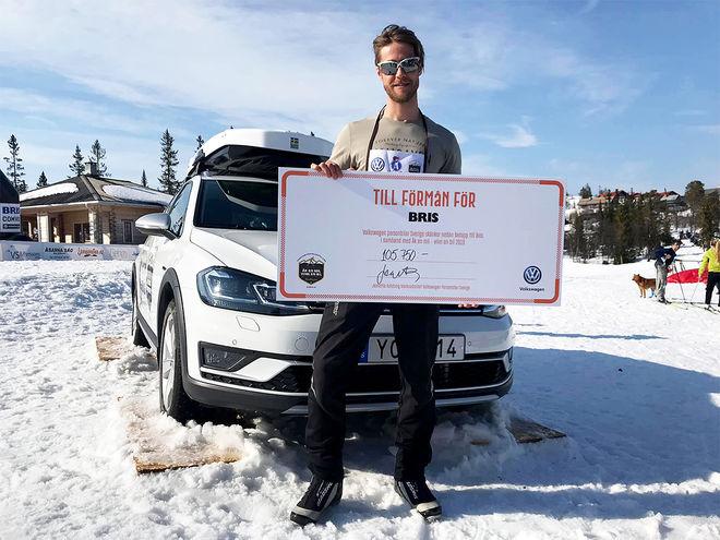 KENNETH GRYM från Vemdalen stack av med huvudpriset: En Volkswagen till 330.000 kronor. Inte konstigt att han skrattade mest i Storhogna. Foto: FREDRIK MYHR/Volkswagen