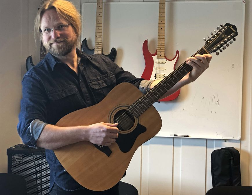 Mann med gitar.