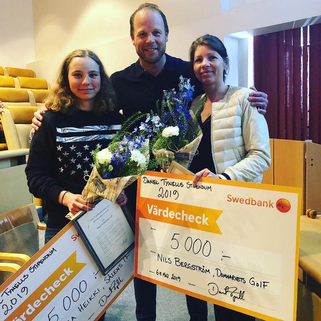 DANIEL TYNELL delade ut sina stipendier till Maja Heikki från Sälen (tv) och Nils Bergström, Domnarvet som representerades av mamma Mathilda.