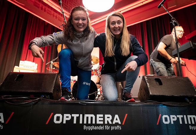 LANDSLAGSSTJÄRNORNA Linn Persson (tv) och Emma Nilsson träffade anställda hos den nya sponsorna Optimera Bygghandel. Foto: NICKLAS OLAUSSON