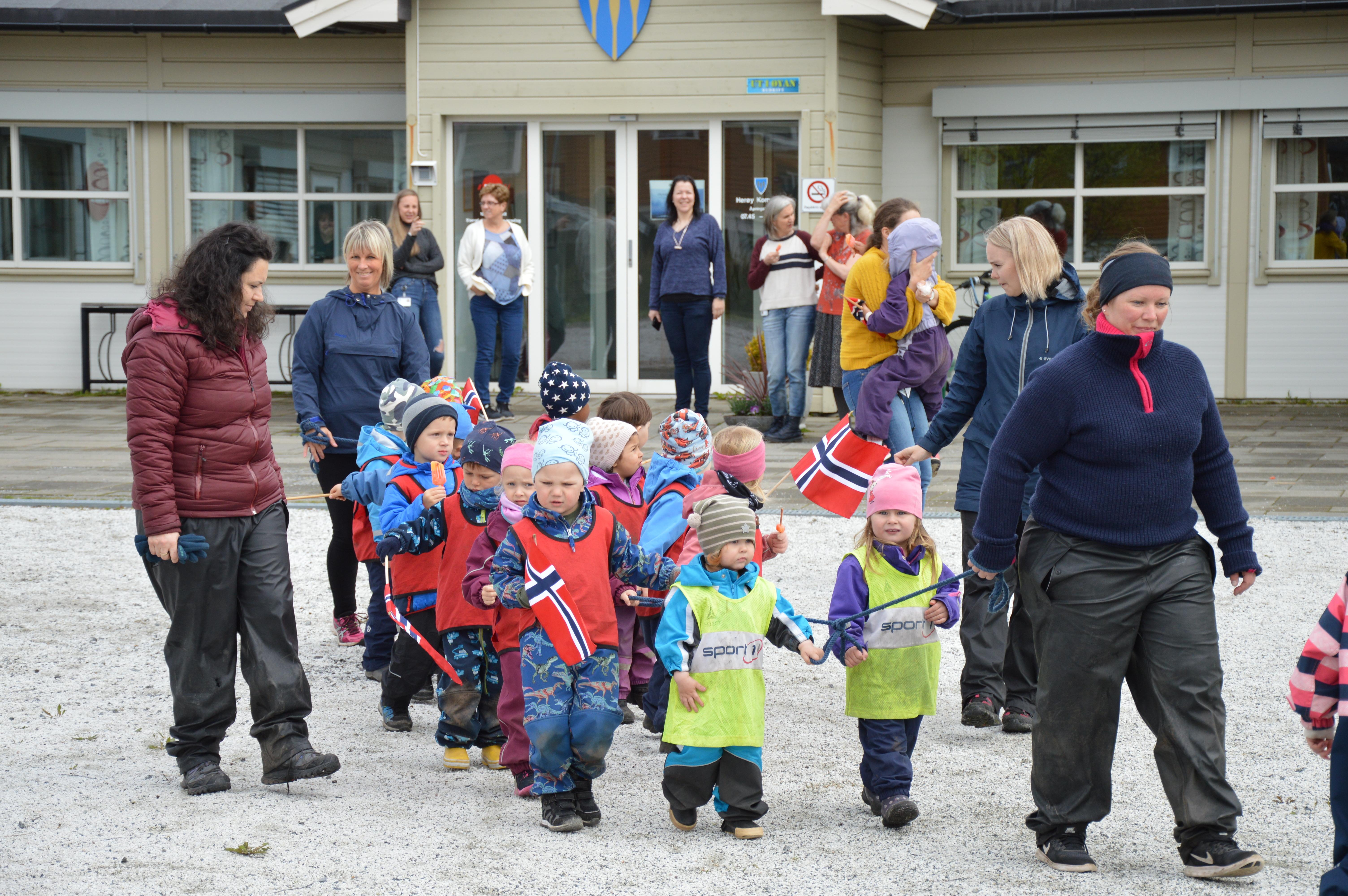 Herøy barnehag på besøk_utmarsj2
