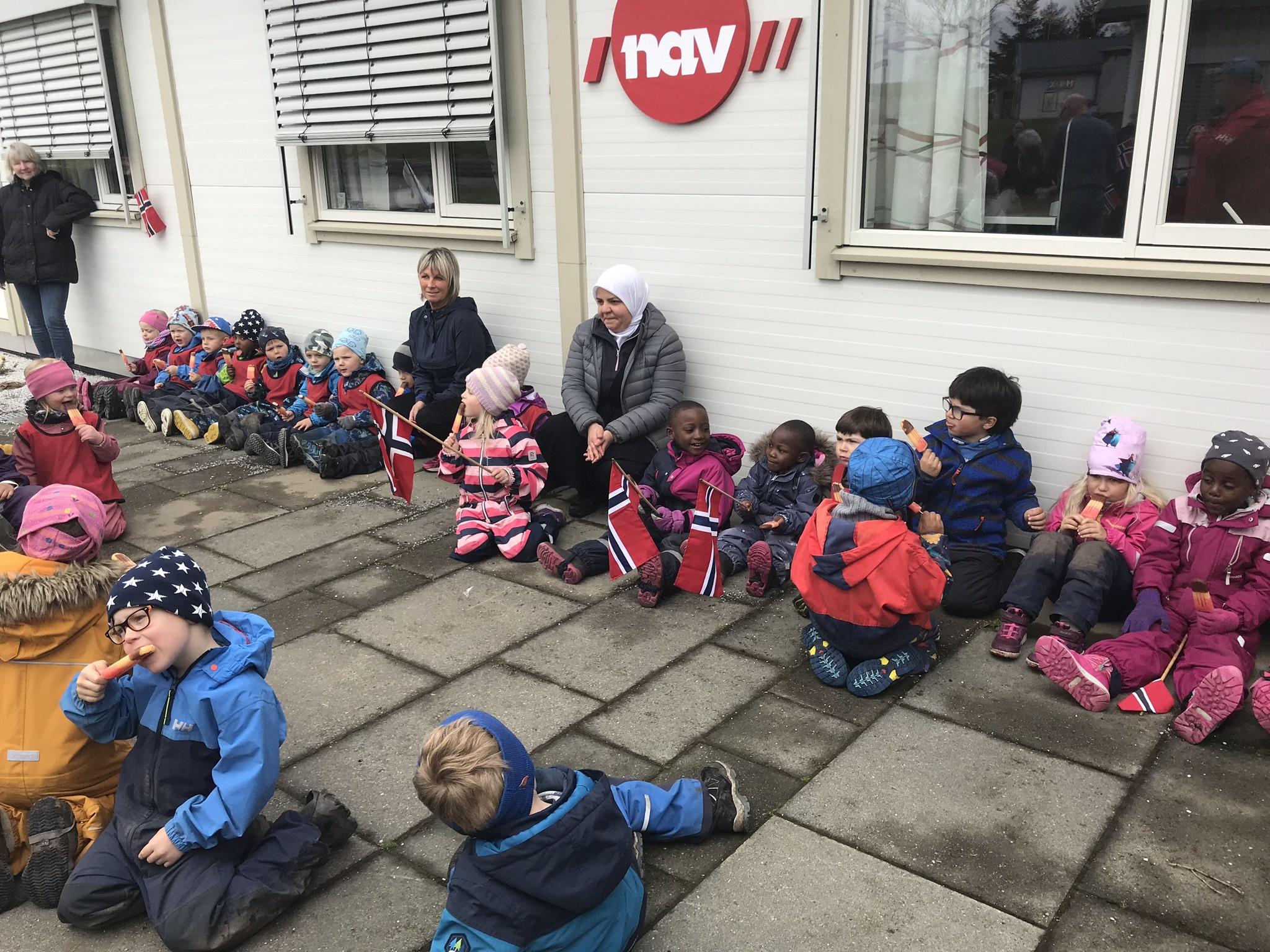 Herøy barnehage på besøk_isspising3
