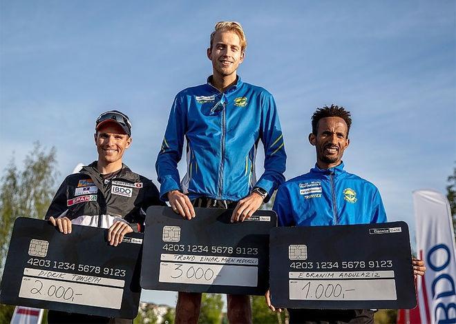 DIDRIK TØNSETH (tv) är norsk mästare i terränglöpning men fick stryk av orienteraren Trond Einar Moen Pedersli över 10 km i Trondheim. Foto: BDO-MILA