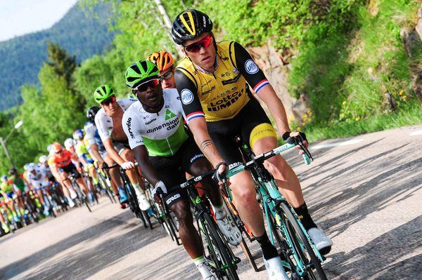 Syklister langs veg i sykkelritt.
