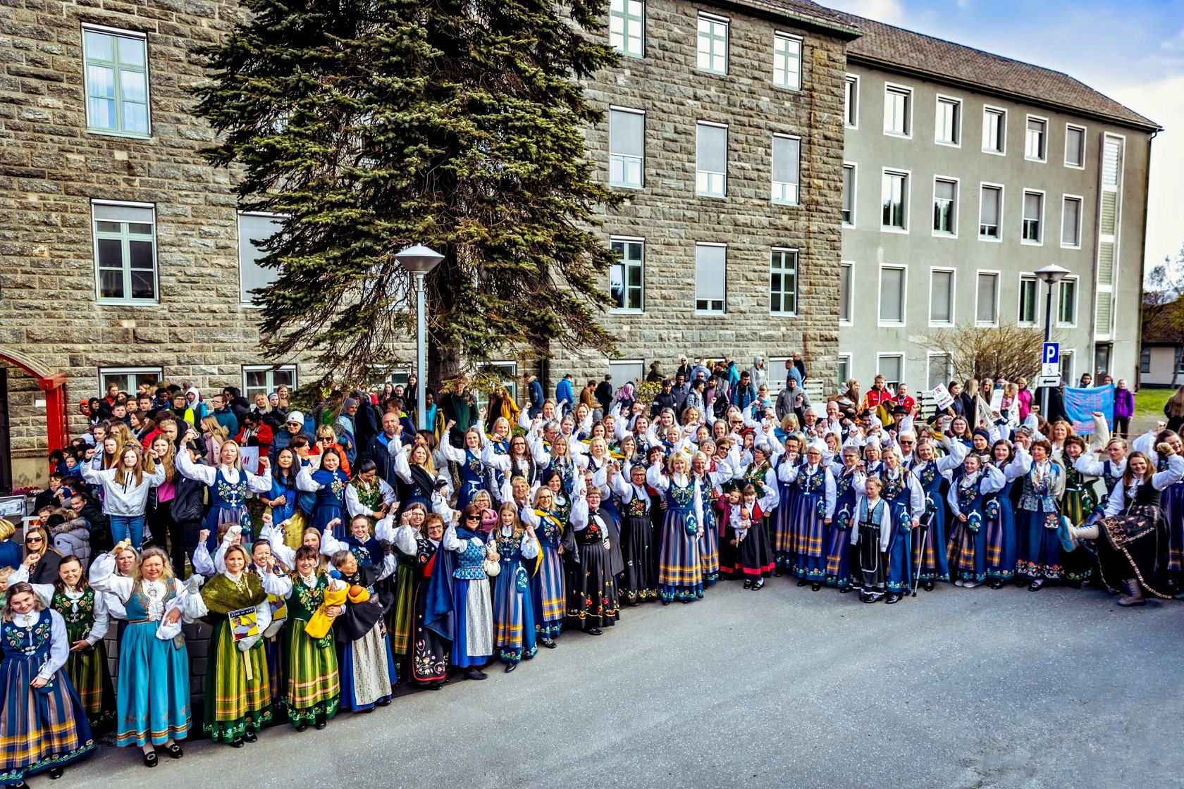 Bunadsgeriljadamer som møtte Erna Solberg 6.mai, sammen med over 1000 andre.