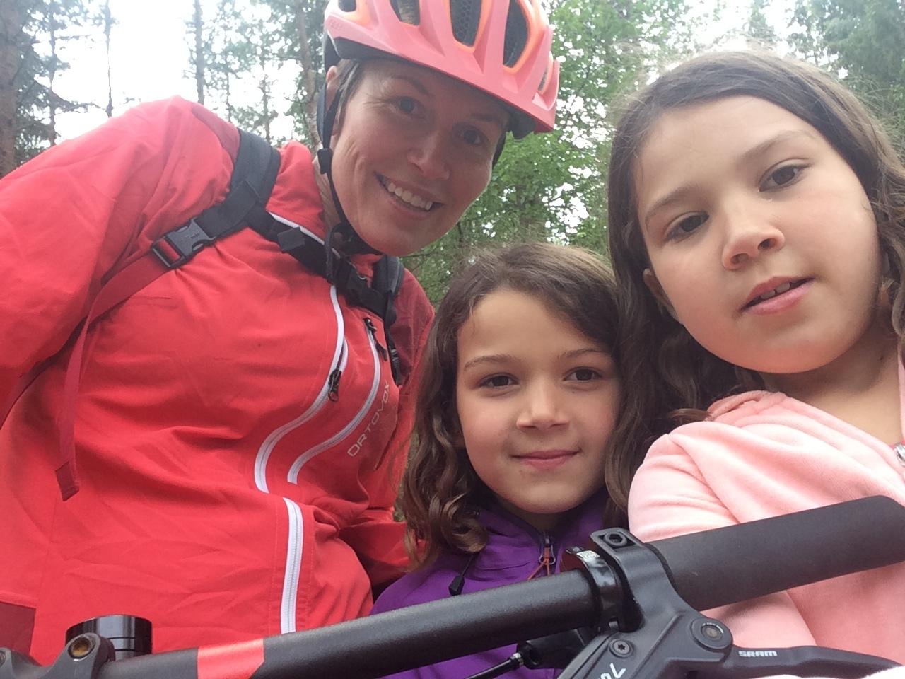 Kjersti Bakkebø Fjellstad på sykkeltur med sine nieser, Leyla og Nora.