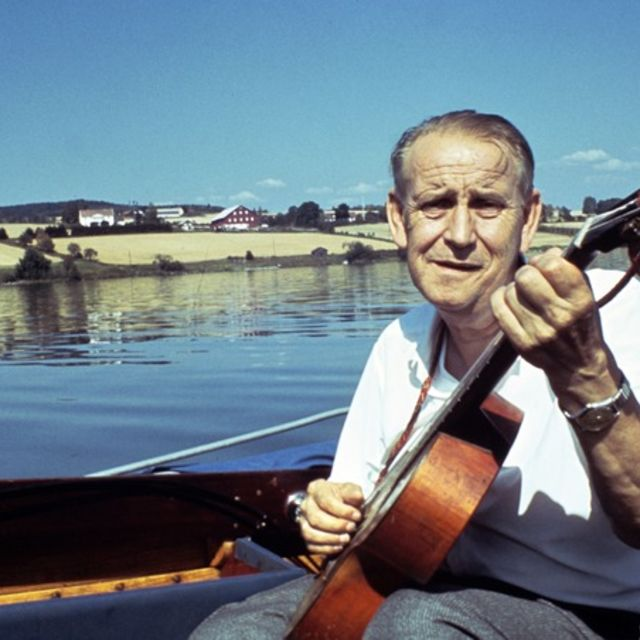 A-magasinet  19690920 Så seile vi på Mjøsa. Alf Prøysen sitter i båt på Mjøsa. Synger og spiller gitar. Foto. John Myhre / Aftenposten ***FOTO IKKE BILDEBEHANDLET***
