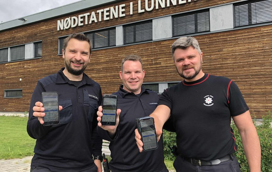 Tre brannmenn med telefoner.
