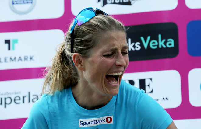 VISST KUNDE Therese Johaug skratta bäst av alla sedan hon utklassat konkurrenterna över 50 km på rullskidor i Kanalrennet i Lunde i Telemark. Foto/rights: INKA KRISTIANSEN/kekstock.com