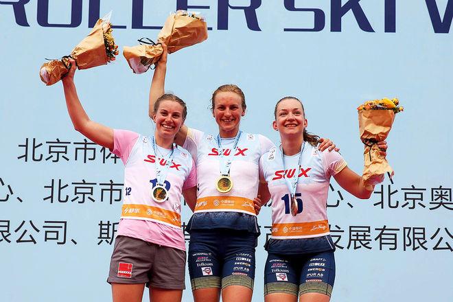 TVÅ GÅNGER Sverige på pallen. Linn Sömskar (mitten) som segrare och Moa Olsson (th) som trea. Tvåa var Anikken Gjerde Alnæs (tv) från Norge. Foto: FIS/BECCHIS