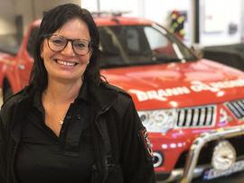 Dame foran en mindre brann- og redningsbil.