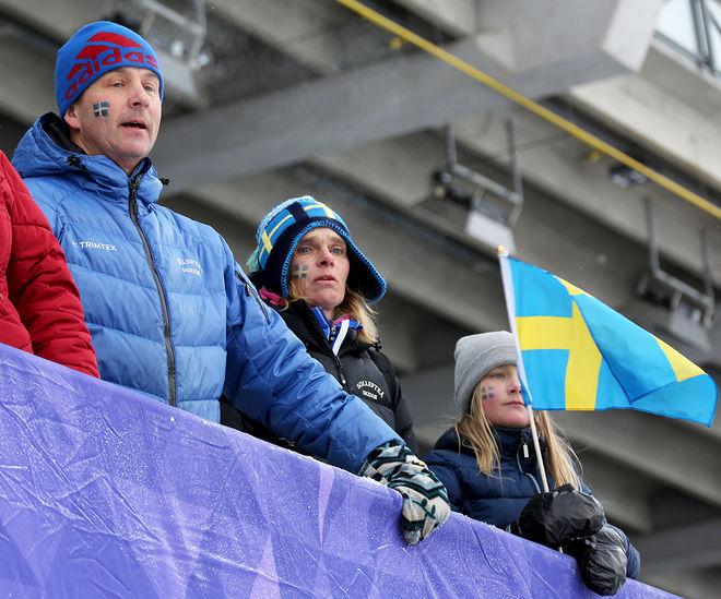 FRIDA FÅR hjälp av familjen även i framtiden. Här är pappa, mamma och lillsyster hejaklack på JVM i Lahtis. Mamma Mia tar än så länge manager-jobbet. Foto/rights: KJELL-ERIK KRISTIANSEN/kekstock.com