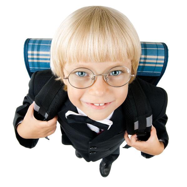 Elev med sekk og briller