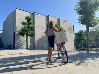 Foto med valgurnen på sykkel