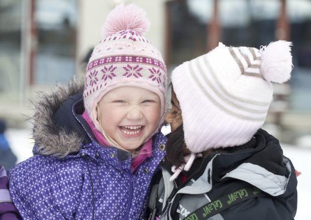 To barn som smiler
