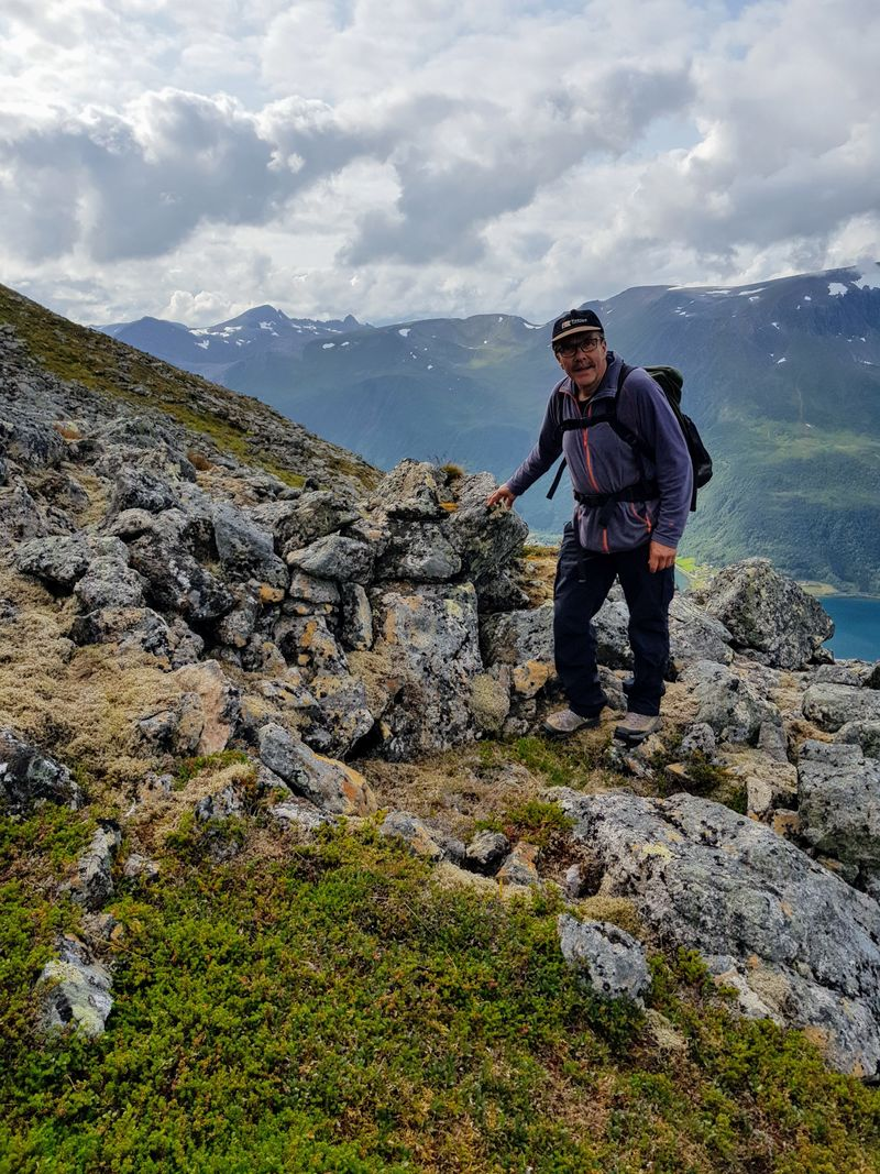 Ordfører Torbjørn LArsen ved en bohastill
