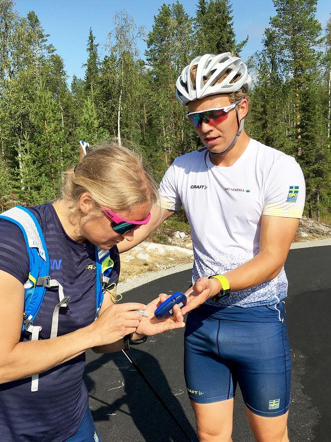 U-LANDSLAGET testade Lycksele förra veckan. Här mäter tränaren Martina Höök blodet till Gustav Berglund.