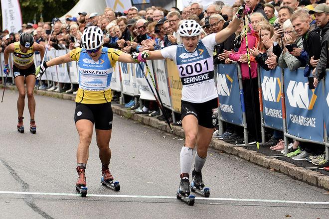 LINN SÖMSKAR (th) har det längsta benet och vinner damernas spurt före Hanna Falk. Bakom trean Astrid Øyre Slind som startade köret på slutvarvet. Foto/rights: ROLF ZETTERBERG/kekstock.com